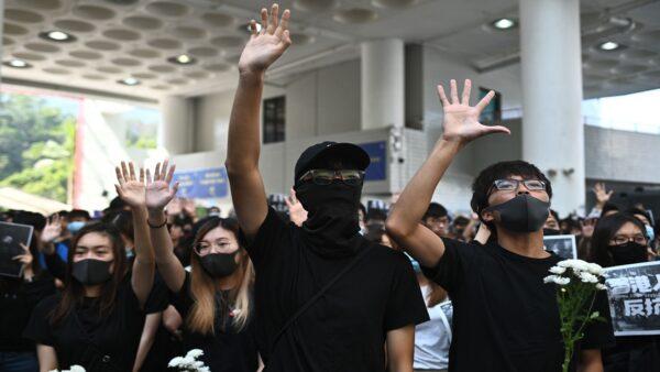 周梓樂之死點燃港人更大怒火,許多人上街要求政府徹查真相,並高喊「還我真相」,「追究警暴,血債血償」。(PHILIP FONG/AFP via Getty Images)