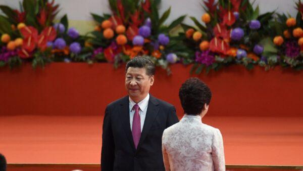 日前,習近平和韓正公開力挺特首林鄭月娥,引發各種解讀。(ANTHONY WALLACE/AFP/Getty Images)