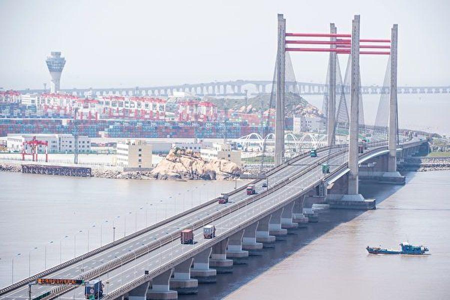 圖為洋山深水港,屬於上海自貿區的一部份。(JOHANNES EISELE/AFP via Getty Images)