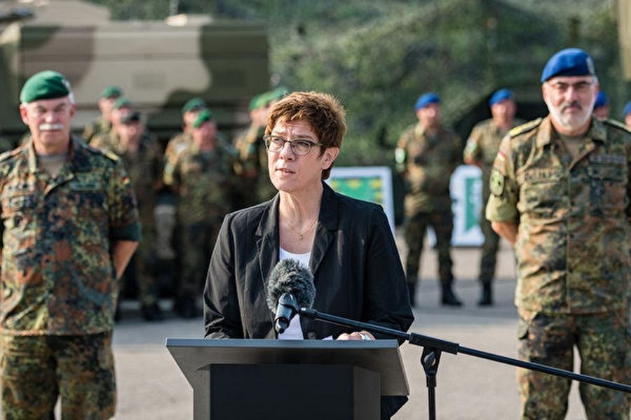 德國國防部長克朗普-凱倫鮑爾在11月7日宣佈,德國將增加軍事預算。圖為2019年8月27日,克朗普-凱倫鮑爾視察一個步兵旅。(Jens Schlueter/Getty Images)