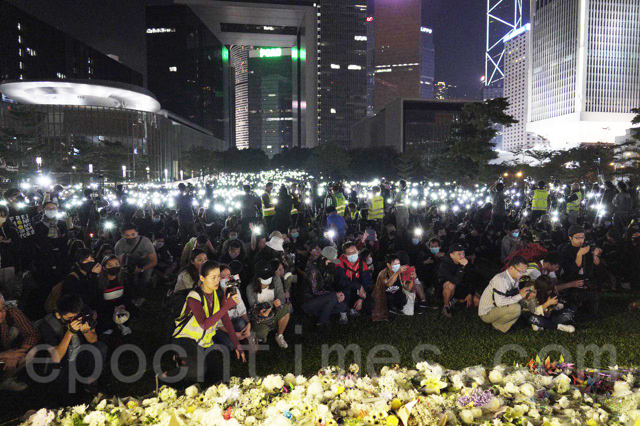 11月9日,10萬港人金鐘添馬公園集會追思周梓樂。(韓納/大紀元)
