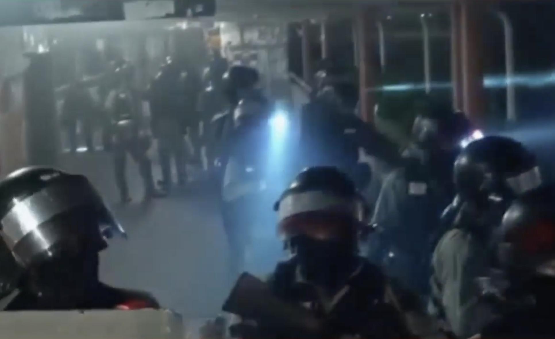 8日,香港人「全城悼念周同學」活動,同日晚9時40分左右,防暴警察在屯門一行人天橋上鎮壓清場。其間警察多次向抗爭者粗言穢語辱罵、叫喊著:「今天開香檳慶祝!」「值得恭喜!」(視頻截圖)