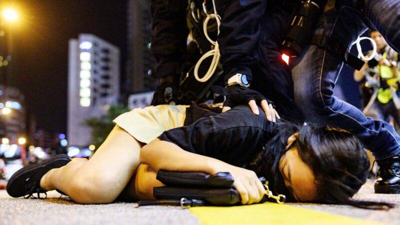 多方消息證實,一名香港少女遭港警輪姦並懷孕,11月7日在醫院墮胎。圖為港警在抓捕一名香港少女。(PHILIP FONG/AFP via Getty Images)