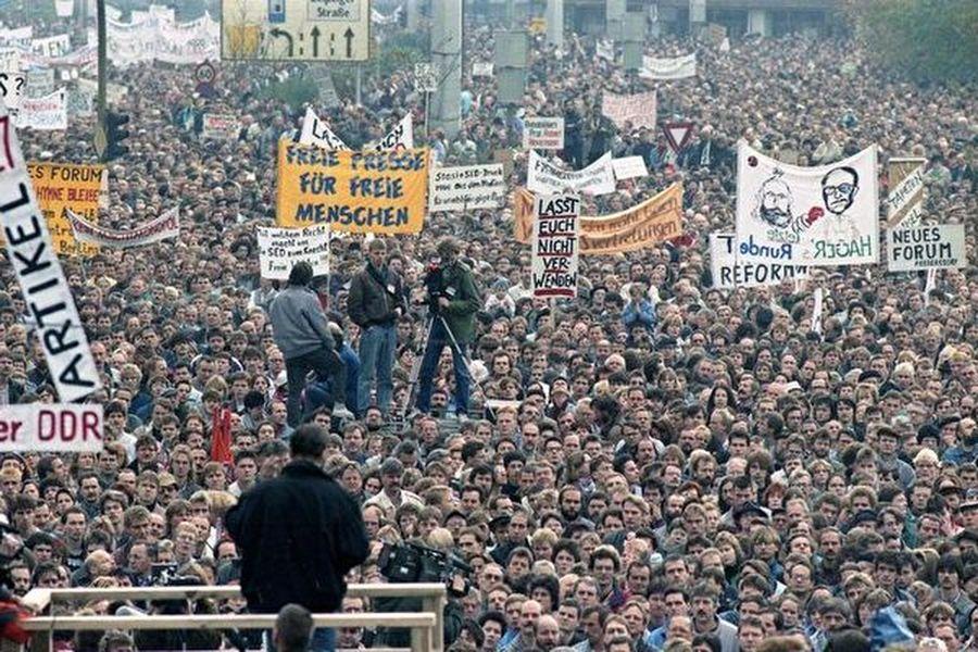 1989年11月4日,數十萬德國民眾在柏林亞歷山大廣場舉行抗議活動。(德國聯邦檔案館/Wikimedia Commons)