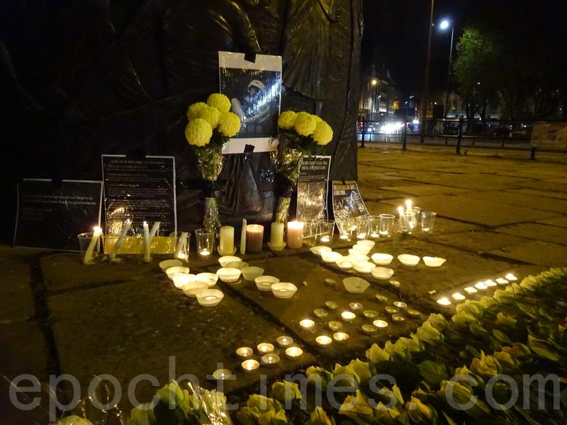 幾十名學生自發到利物浦市中心,悼念科大學生周梓樂。(陸漫/大紀元)