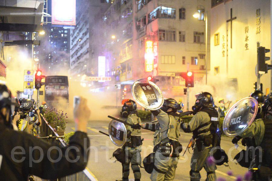 「11.10八區開花」抗爭活動 荃灣警察狂射催淚彈