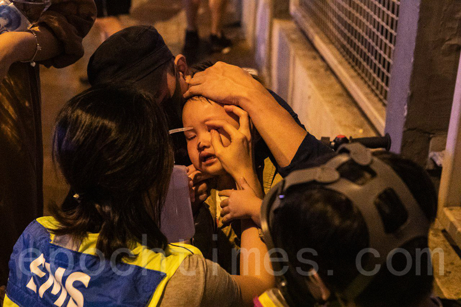 荃灣警察狂射催淚彈 煙霧中有小朋友痛哭