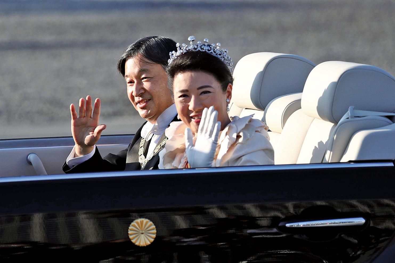 2019年11月10日,日本新王德仁偕同王后雅子參加「祝賀御列之儀」。他們乘坐敞篷車在東京市區巡遊。(AFP)