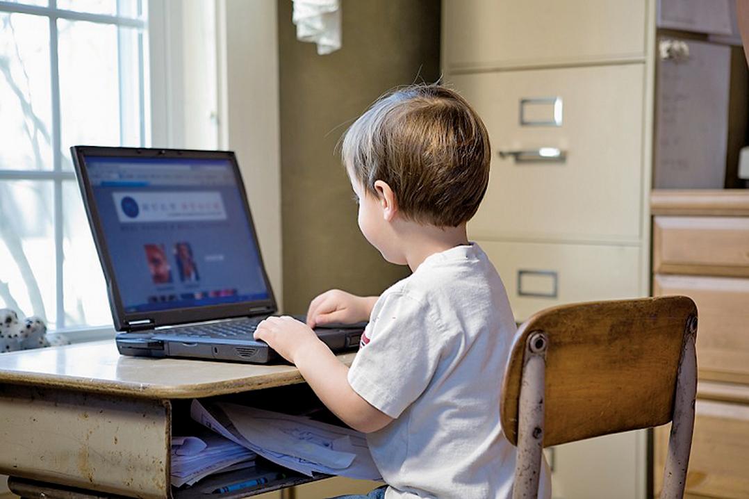 最新研究進一步發現:學齡前兒童接觸屏幕時間過多影響大腦發育。(Photos.com)