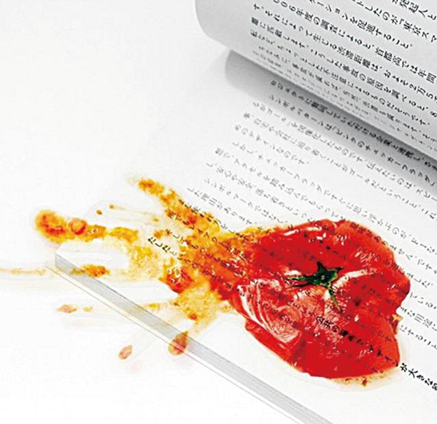 日本人真是搞笑無極限,這個會讓愛乾淨的人嚇得大叫的蕃茄醬漬,原來是書籤,太可怕了!!(supermarket kakamu Instragram)
