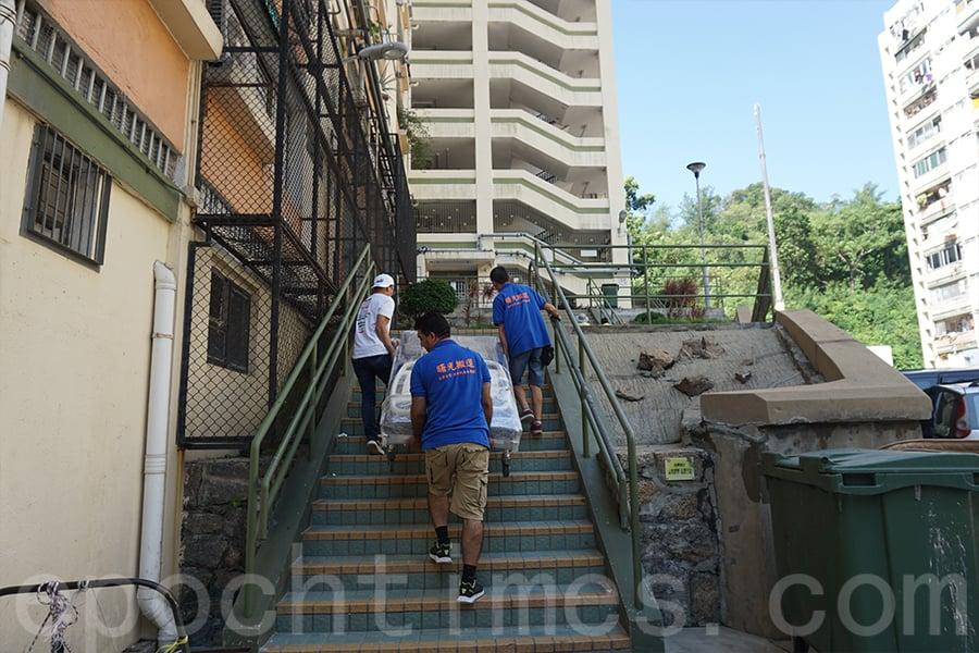 「曙光搬運」團隊協助搬運,送醫療床上門。(陳仲明/大紀元)