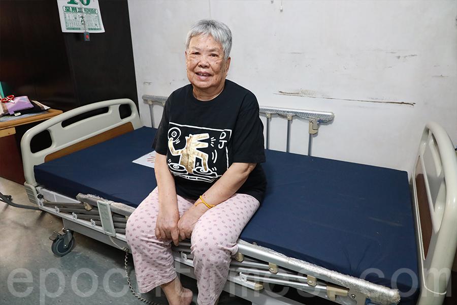 「曙光計劃」轉贈醫療床給獨居長者陳婆婆。(陳仲明/大紀元)