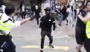 警察開槍後 暴力驅趕憤怒市民
