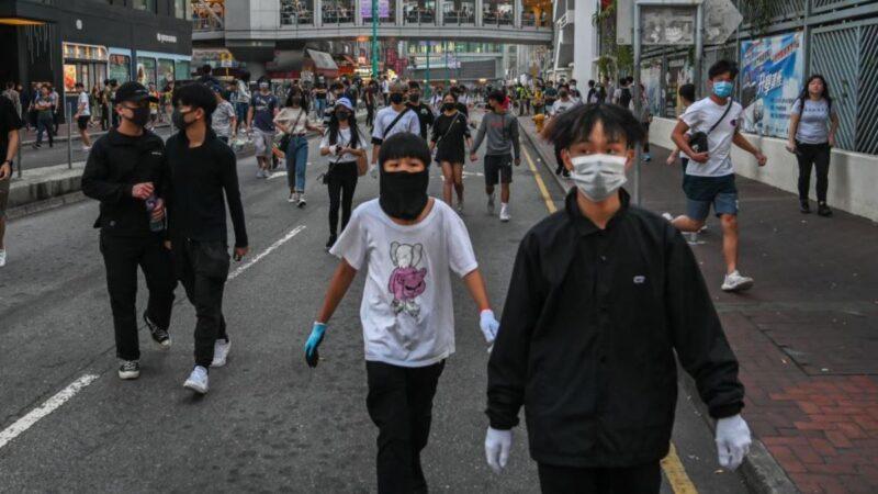 香港戴著口罩的抗議者於2019年11月10日在屯門區街道上聚集。(Billy H.C. Kwok/Getty Images)