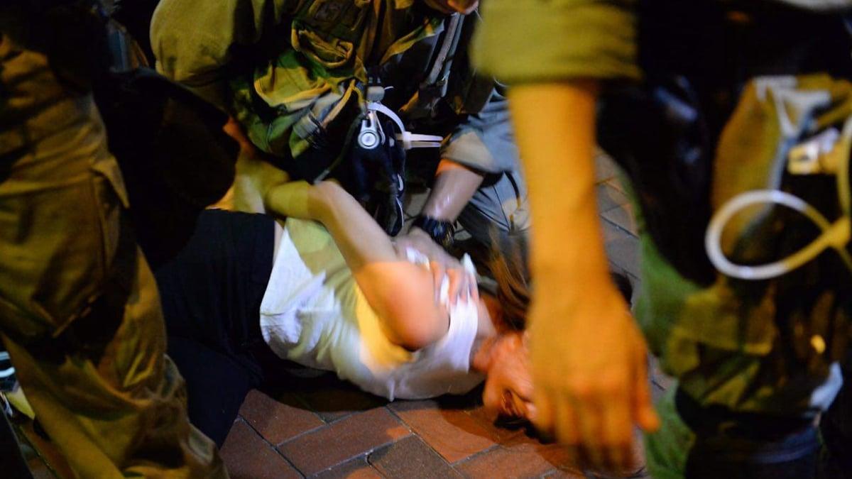香港警方在鎮壓香港市民自發舉行的反送中抗議活動時,大肆逮捕抗議者時行動十分粗暴,對待被捕女性時,有時有性侵犯的動作被媒體抓拍到。(大紀元/宋碧雲)