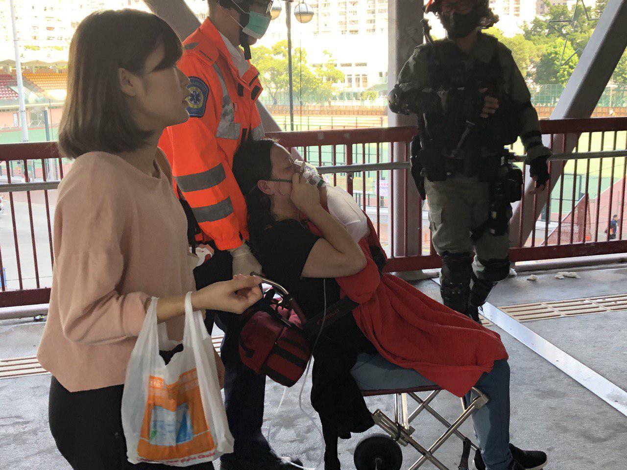 11日早,在荃灣,警察近距離、長時間向一女性噴胡椒噴霧。(余天佑/大紀元)
