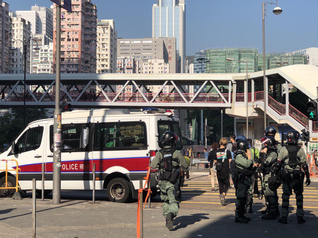 11日早,在荃灣,因帶一把傘被警察帶走。(余天佑/大紀元)