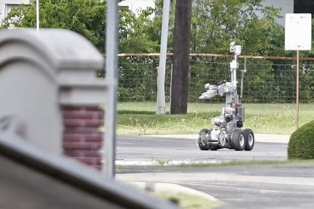 2015年6月13日,達拉斯警察使用機械人靠近一輛裝甲貨車,該車由一名襲擊達拉斯警察總部的嫌犯駕駛。(Stewart F. House/Getty Images)