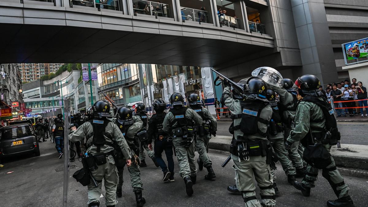 網民2019年11月10日發起全港「八區開花」抗爭,多區發生警民衝突事件,大批港警甚至上膛槍支指向學生。(Billy H.C. Kwok/Getty Images)