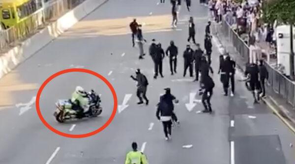 影片顯示,有港警騎著重型電單車瘋狂衝撞示威人群,有人驚嚇跌倒。(影片截圖)