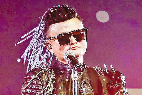 阿里20周年年會上,馬雲以龐克造型大唱搖滾,令人瞠目。(AFP)