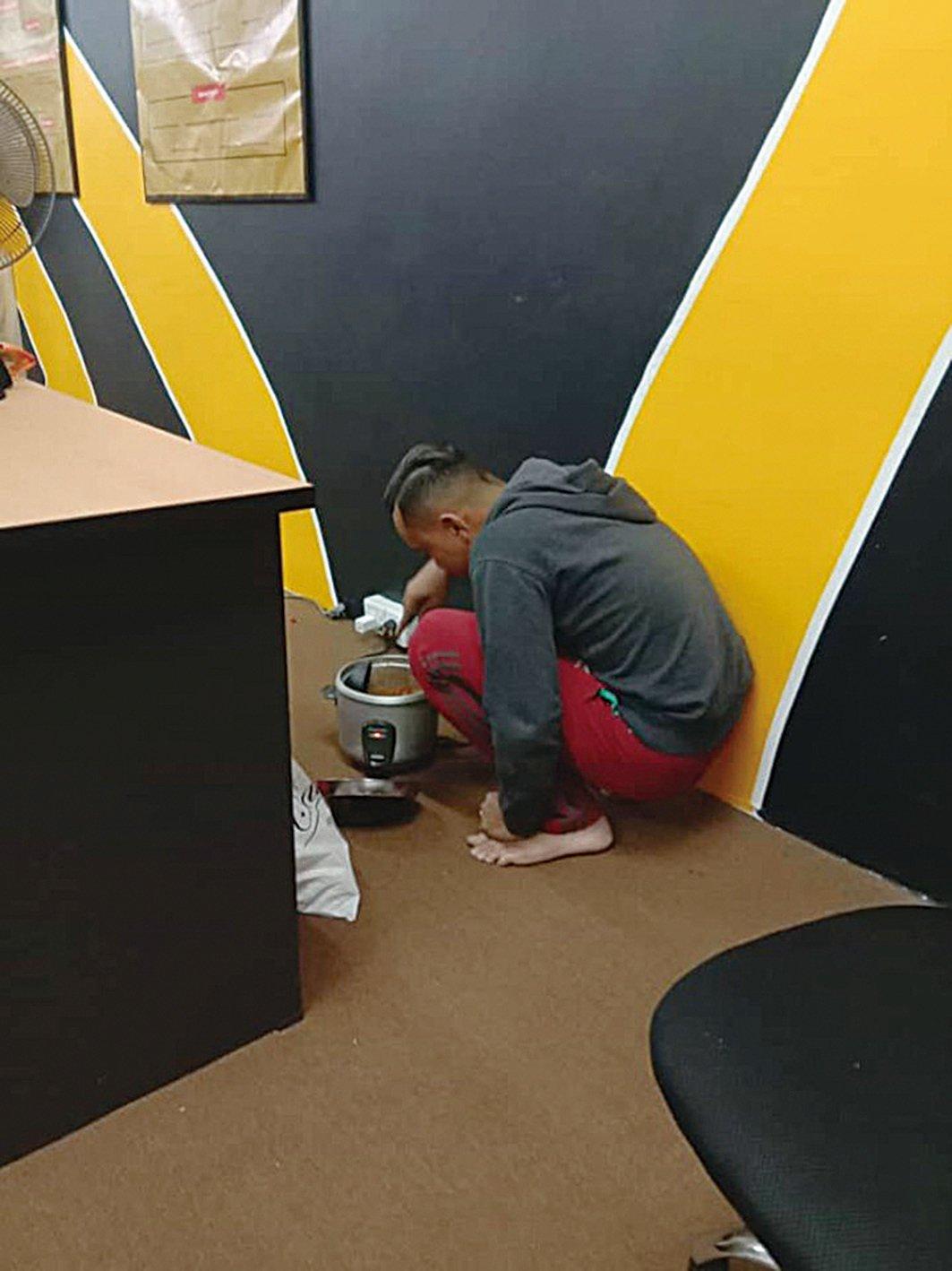 19歲的員工在公司偷偷煮飯吃,馬來西亞老闆沃爾特看到了,不但沒生氣還請他吃飯。(Azri Walter Facebook)