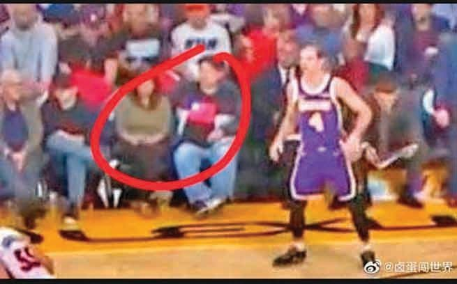 NBA「湖人」對「熱火」的比賽中,有觀眾穿青天白日旗衣服。(影片截圖)