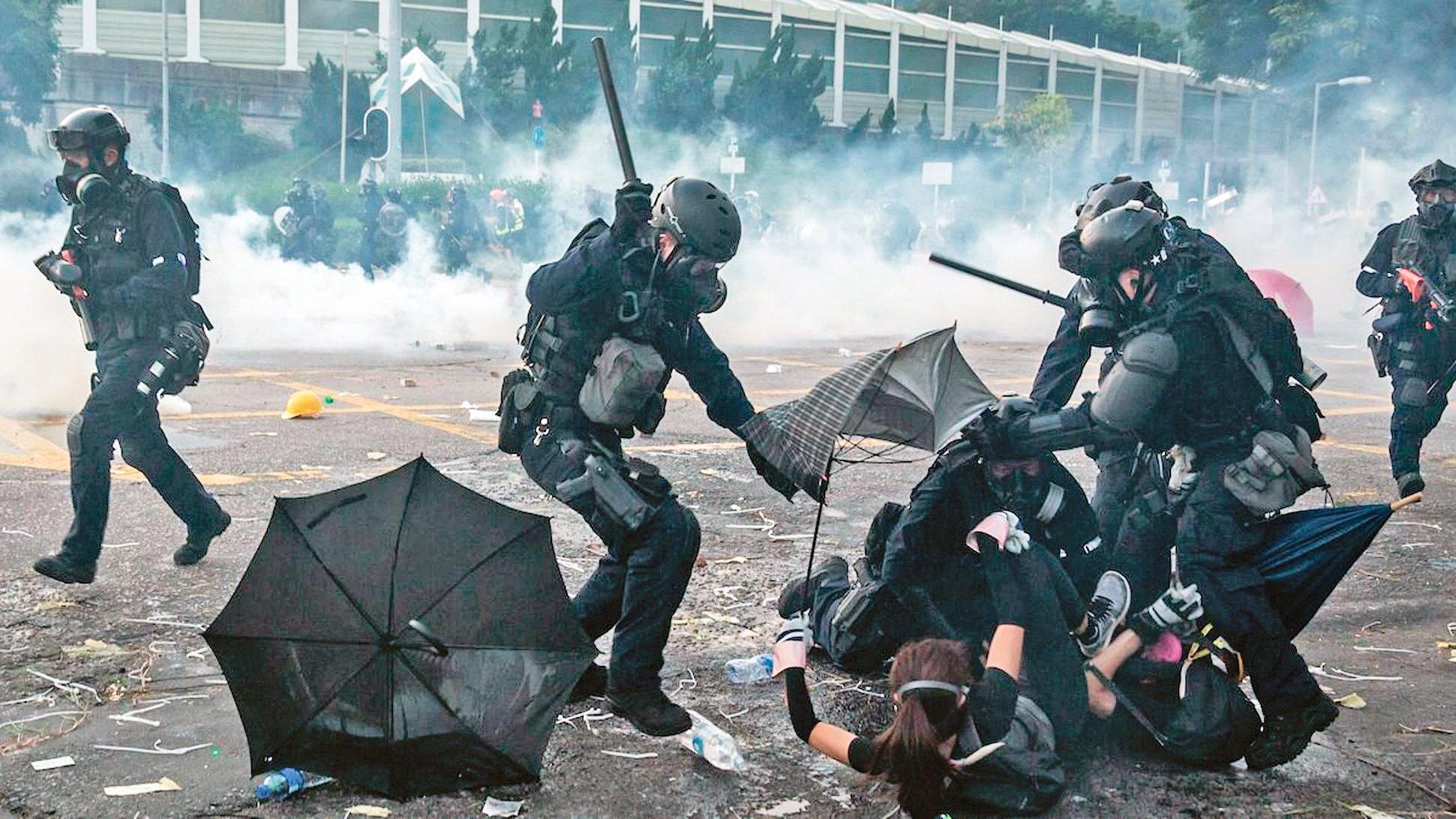 2019年10月1日,香港警察正在毆打和抓捕抗爭者。(Getty Images)