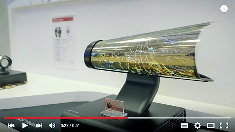 韓國LG公司於1月5日展示一款18吋OLED超高清彈性顯示器,可像報紙一樣捲曲。(視頻擷圖)