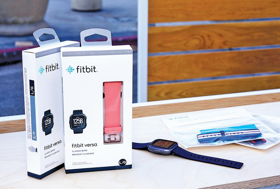 可穿戴設備公司Fitbit的Versa 2產品。(Rachel Murray/Getty Images)