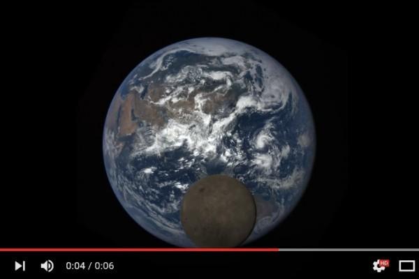NASA於7月5日拍到月球和地球搶鏡頭的趣味畫面。(視頻擷圖)