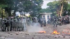 防暴警今再入中大  暴力拘捕抗爭者