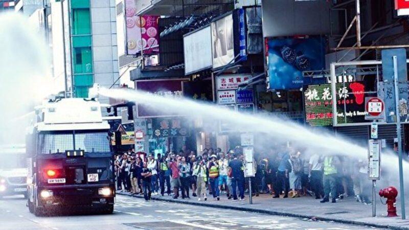 11月11日,水炮車在旺角彌敦道等多處發射水炮。(大紀元)