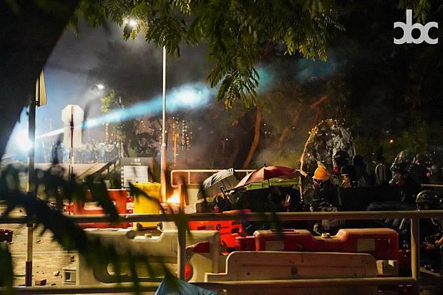12日,進入晚間,防暴警隊中大發動更猛烈攻勢。雙方長時期對峙。(網絡圖片)