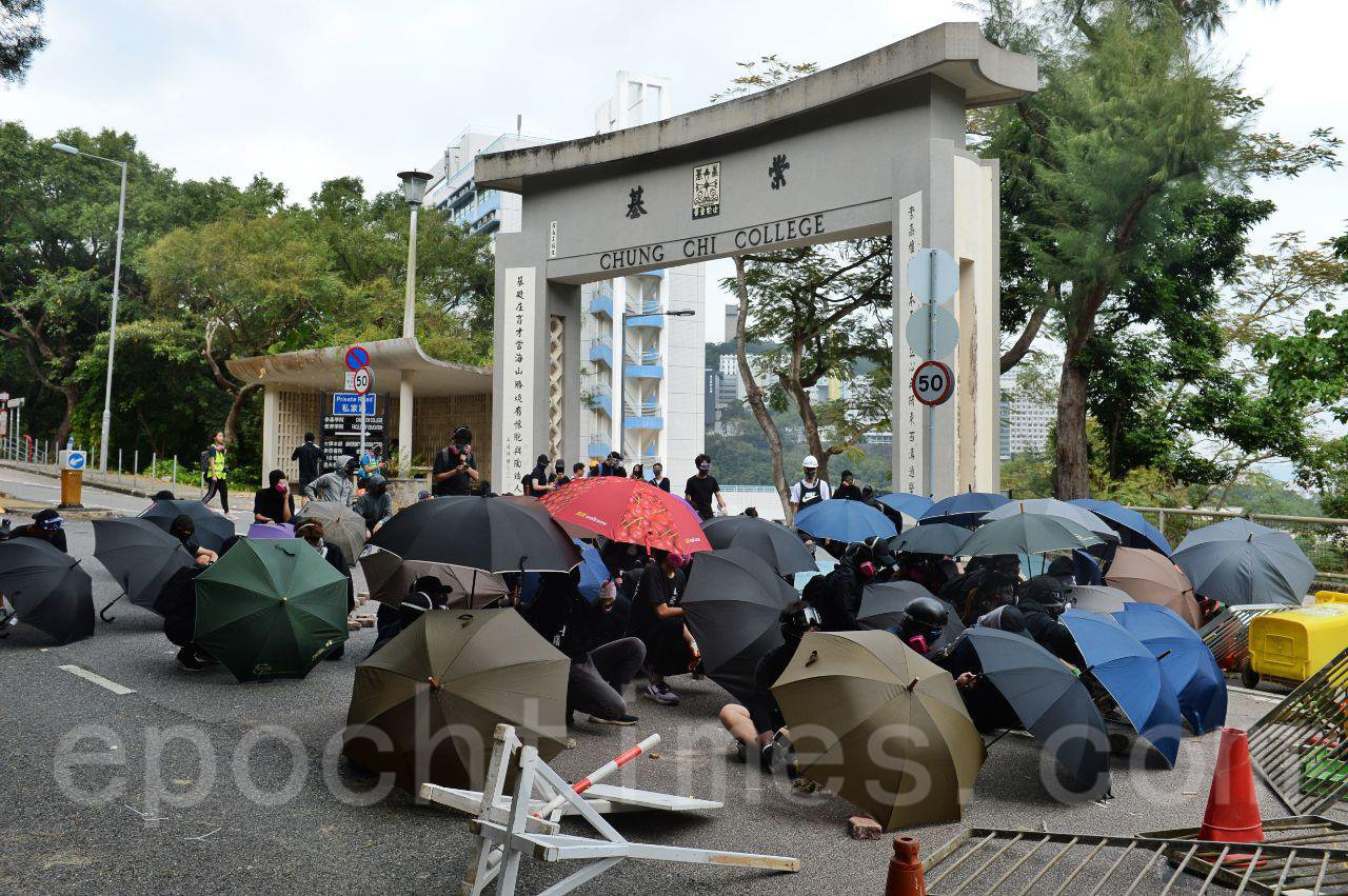 12日,防暴警隊在中大校園的二號橋佈防,狂射催淚彈,試圖強闖校園,但中大學生奮力抵抗,雙方長時間對峙。(宋碧龍/大紀元)
