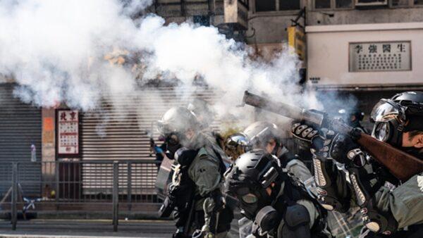 香港民眾11日發起「三罷」行動,港警以真槍實彈射傷示威者,同時在全港濫射噴霧劑,槍指市民大肆抓人揮棍毆狂示威者。(Anthony Kwan/Getty Images)