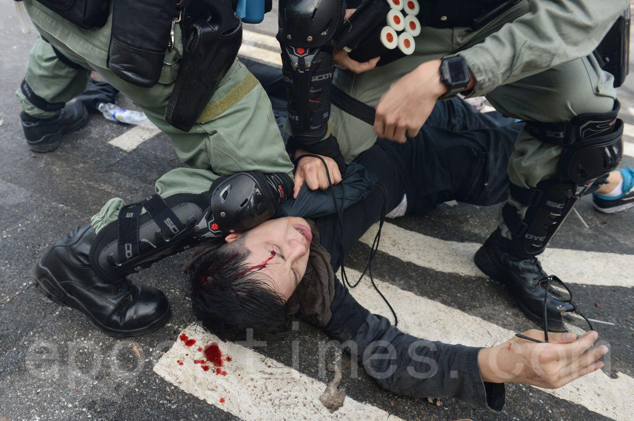 12日,防暴警隊在中大校園的二號橋佈防,狂射催淚彈,試圖強闖校園,但中大學生奮力抵抗,多名學生被拘捕。(宋碧龍/大紀元)