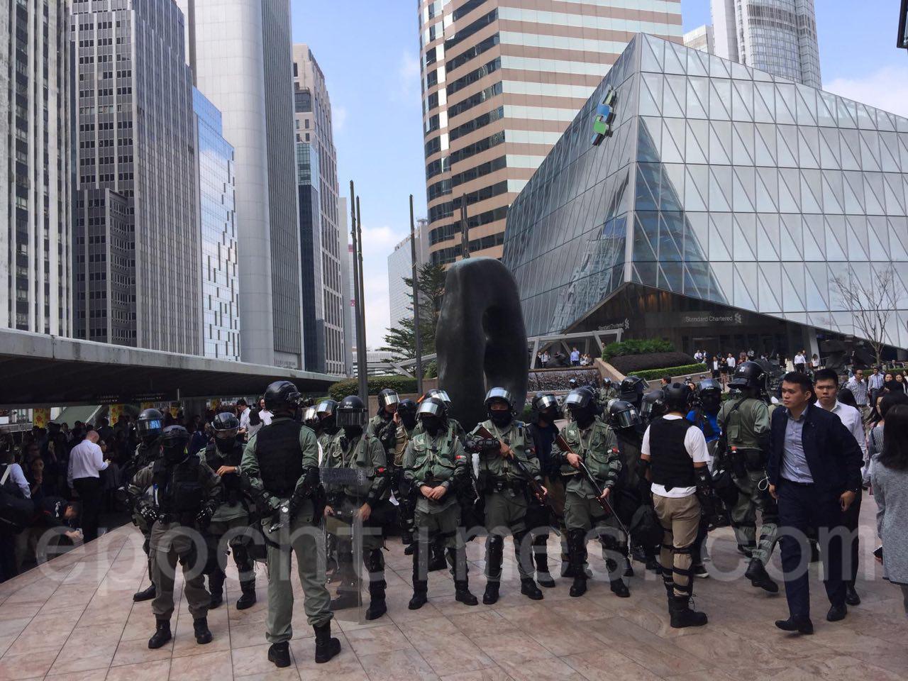 12日,香港市民在多區發起抗警暴活動,圖為,市民在中環抗議,防暴警發散催淚彈驅散市民。(黃浩/大紀元)