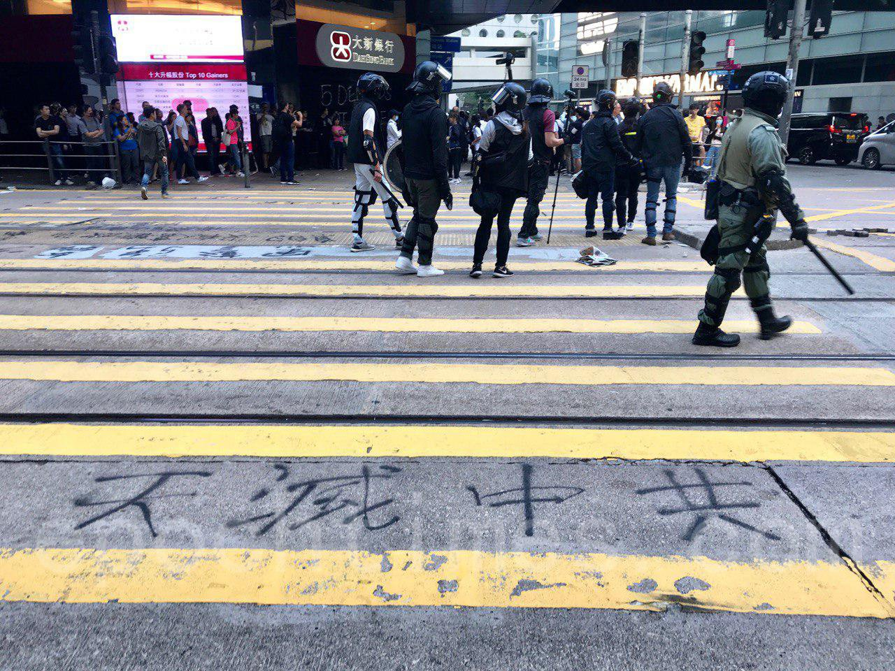 12日,香港市民在多區發起抗警暴活動,圖為,市民在中環抗議,防暴警發散催淚彈驅散市民。(余鋼/大紀元)