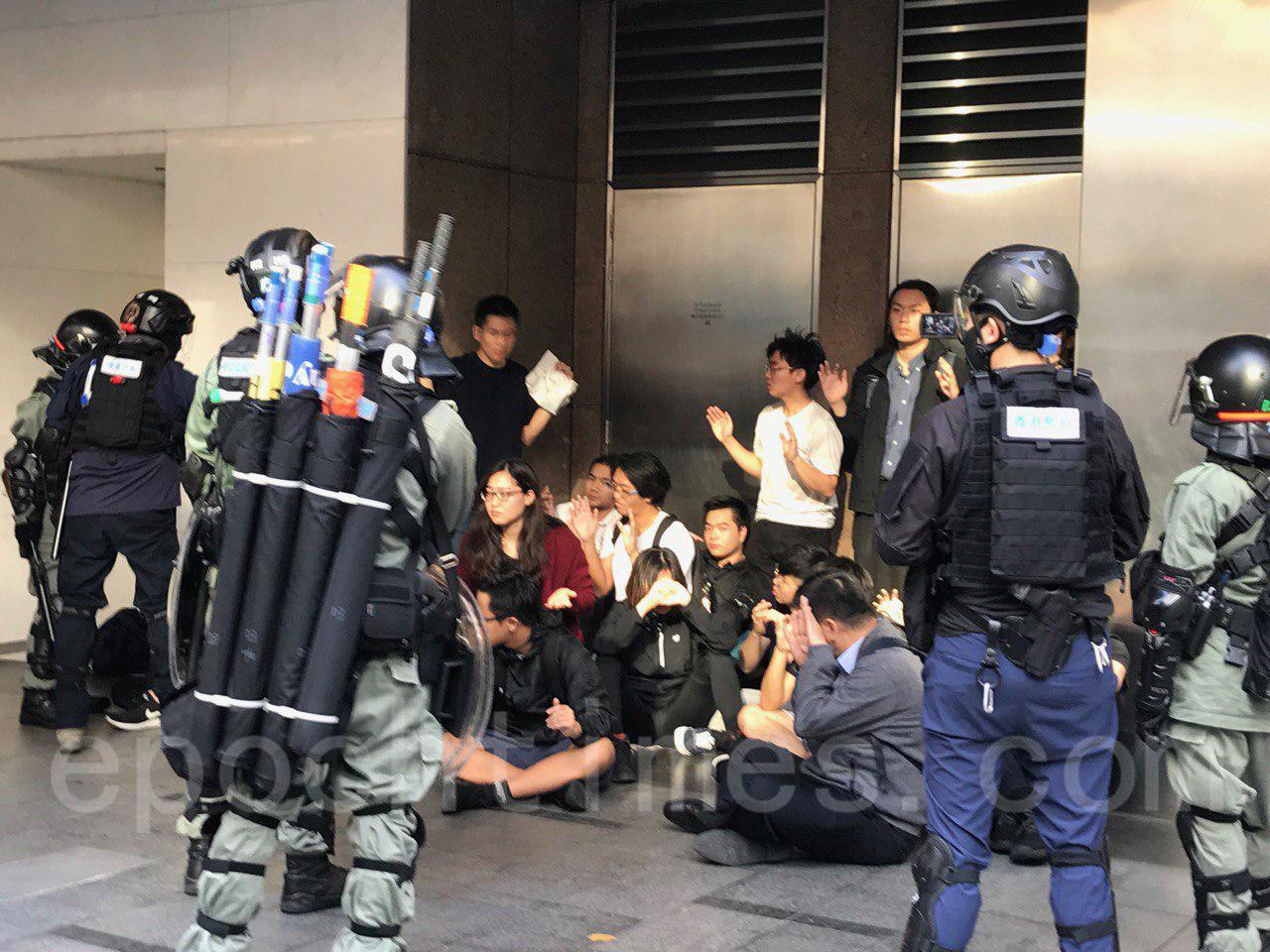 12日,香港市民在多區發起抗警暴活動,圖為,市民在中環抗議,防暴警發散催淚彈驅散市民,多民市民被拘捕。(余鋼/大紀元)