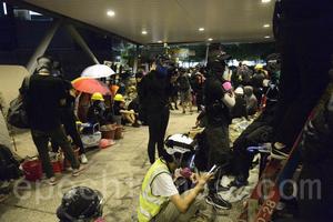 中共港警向多間大學發起猛攻 城大被圍攻 催淚彈如雨