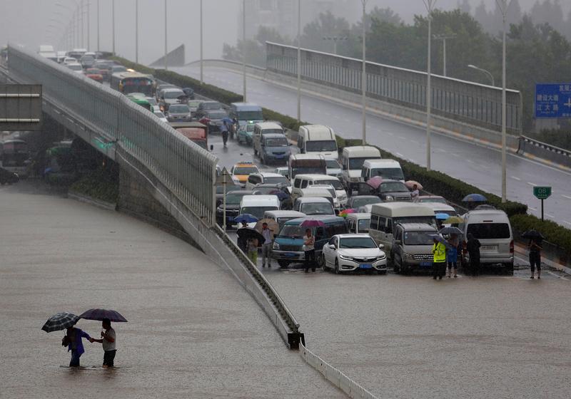 2016年7月6日,湖北武漢,水災阻斷了交通。武漢又再啟動「看海」模式。(Wang He/Getty Images)