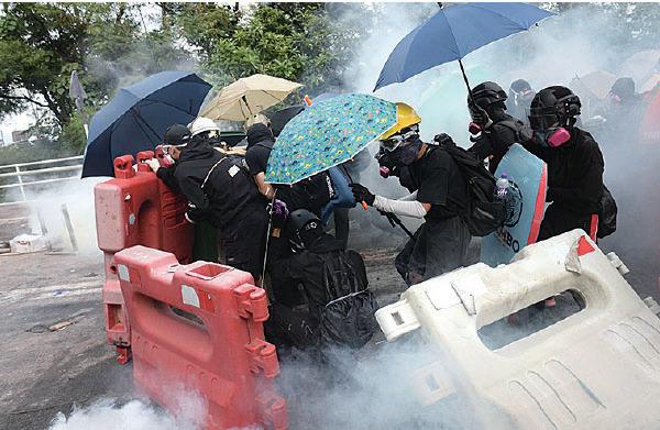 中大學生只用雨傘及水馬擋防暴警射來的催淚彈、布袋彈、橡膠子彈。(宋碧龍/大紀元)