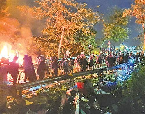 入夜後,市民到中大聲援學生,運送物資。(孫明國/大紀元)