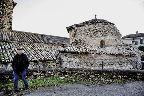 法國東南部11日近午時分發生一宗黎氏規模5.4的地震。圖為,一座教堂的塔樓坍塌。(AFP)