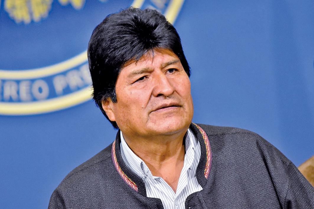 玻利維亞上月總統大選傳舞弊,引爆社會動盪不安,總統莫拉萊斯在軍方的建議,10日自動請辭下台。(AFP)