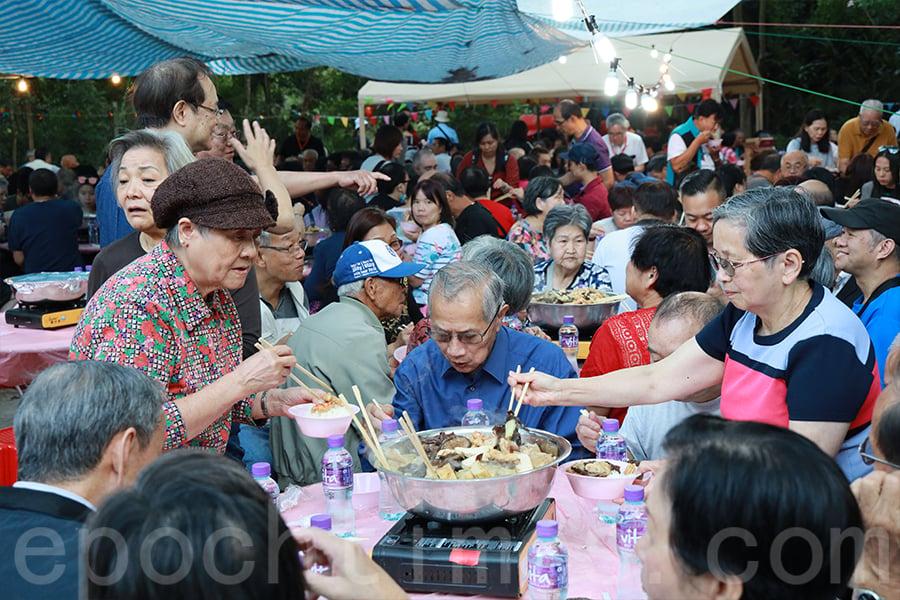醮會期間施行齋戒,一連四日均設有齋盆菜宴請賓客。(陳仲明/大紀元)