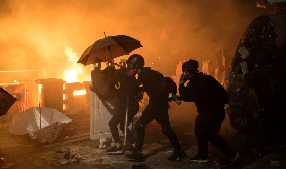 2019年11月12日香港抗議者在香港中文大學(CUHK)與警察發生激烈衝突並對峙至深夜,校園宛如戰場。(DALE DE LA REY/AFP via Getty Images)