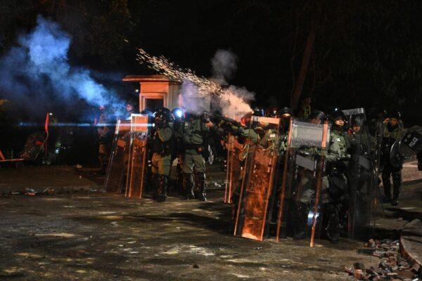 香港警方於2019年11月12日在香港中文大學(CUHK)發射催淚彈。 ( PHILIP FONG/AFP via Getty Images)