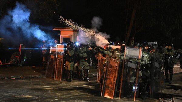 11月12日晚,大批港警瘋狂進攻中大,向學生們狂射催淚彈、布袋彈、橡膠子彈,水炮車也殺入校園,至少60名學生受傷,多人被捕。(PHILIP FONG/AFP via Getty Images)